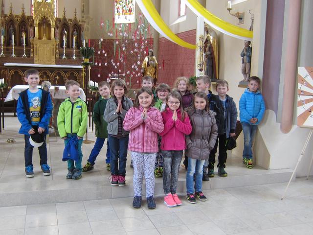 Wir schauen die Osterkerze an! Im Religionsunterricht besuchten wir Kinder der Klasse 1/2 unsere Kirche und sahen uns die Osterkerze an.
